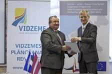 Minister of the Environmental Protection and Regional Development Mr Edmunds Sprudzs hands the Grant contract of the Programme to the Vidzeme Planning Region for 1,6 million euro